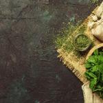 15 herbes aromatiques que vous pouvez fumer | pot de mortier à la menthe poivrée séchée