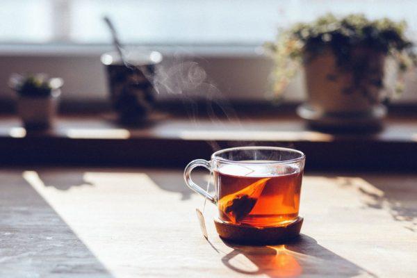une tasse de thé vert fumant le matin